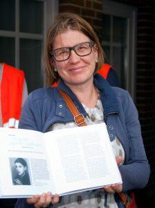 """Katja Völkel mit dem Buch """"Stolpersteingeschichten Aurich"""""""