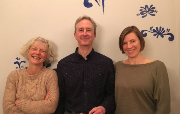 Das neue Team der Regionalgruppe Frankfurt Michael Zuch und Julia Hanauer mit Dr. Andrea Wicke, Delegierte im Regionalrat.